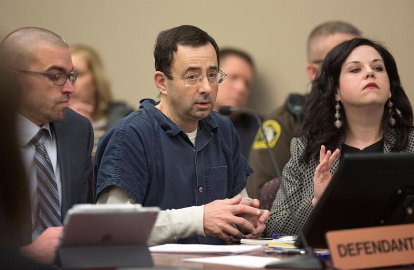 Fotografía que muestra a Larry Nassar (c), exmédico del equipo nacional de gimnasia de Estados Unidos, durante una sesión de su juicio por abusos sexuales, en Lansing, Michigan, Estados Unidos. EFE/Archivo