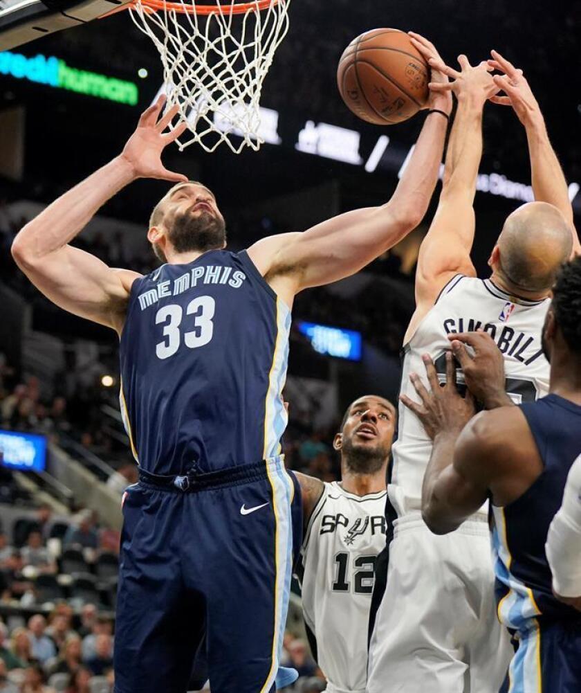 El español Marc Gasol (i), de los Grizzlies de Memphis, en acción ante Manu Ginobili (d) de San Antonio Spurs, durante su partido de baloncesto de la NBA disputado en San Antonio, Texas (EE.UU.). EFE