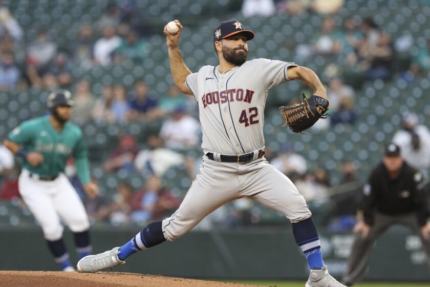 El abridor de los Astros de Houston, José Urquidy, lanza en el segundo inning del juego de la MLB que enfrentó a su equipo con los Marineros de Seattle, el 16 de abril de 2021, en Seattle. (AP Foto/Jason Redmond)