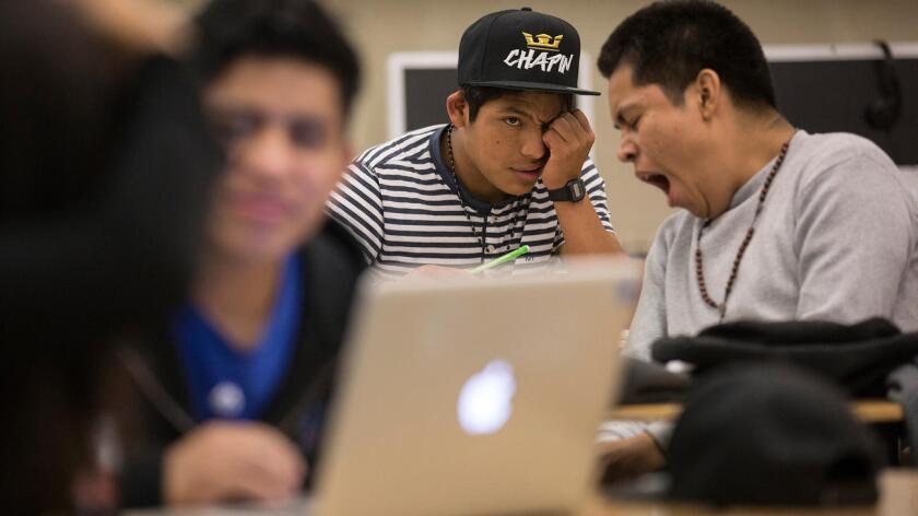 Gaspar Marcos, estudiante de Belmont High (centro), en su clase de historia y con pocas horas de sueño (Brian van der Brug/Los Angeles Times).