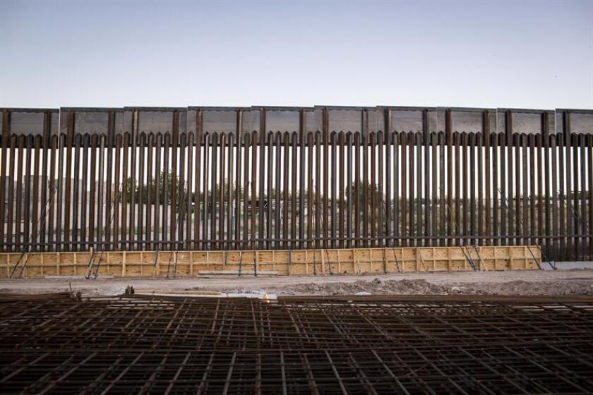 La movilización de activistas hispanos del sur de Arizona frenó hoy la deportación de una mujer indocumentada que se encontraba hospitalizada en Tucson tras caer del muro fronterizo el fin de semana.