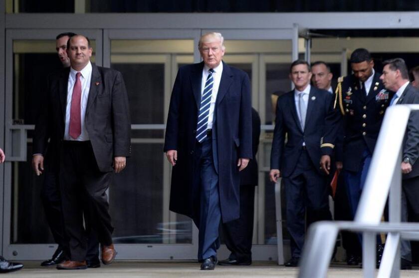 El presidente de EE.UU., Donald Trump, se centrará en su primera semana en el cargo en trabajar sobre comercio, inmigración y seguridad nacional, asuntos sobre los que es posible que emita órdenes ejecutivas en los próximos días, adelantó hoy su jefe de gabinete, Reince Priebus. EFE/EPA/ARCHIVO/POOL