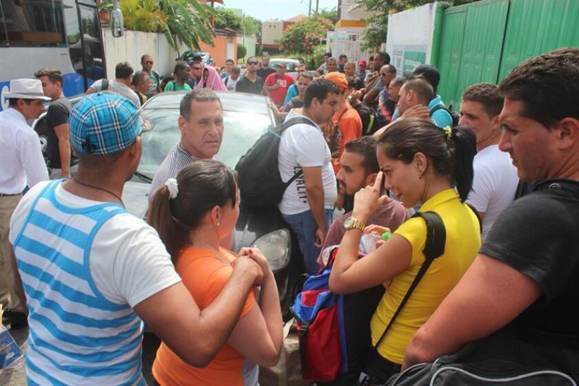 Un total de 53 migrantes indocumentados guatemaltecos, quienes viajaban en una camioneta en condiciones inhumanas, fueron detenidos hoy por agentes policíacos en el oriental estado mexicano de Veracruz, informaron fuentes migratorias. EFE/ARCHIVO