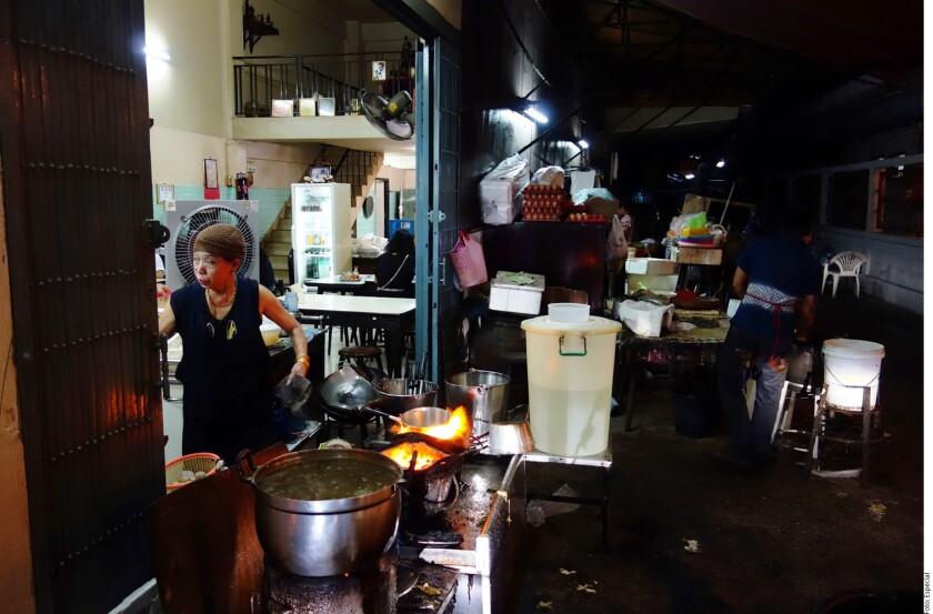 Las joyas culinarias pueden encontrarse donde sea y para muestra Raan Jay Fai, uno de los establecimientos resaltados en la nueva Guía Michelin dedicada a Tailandia.