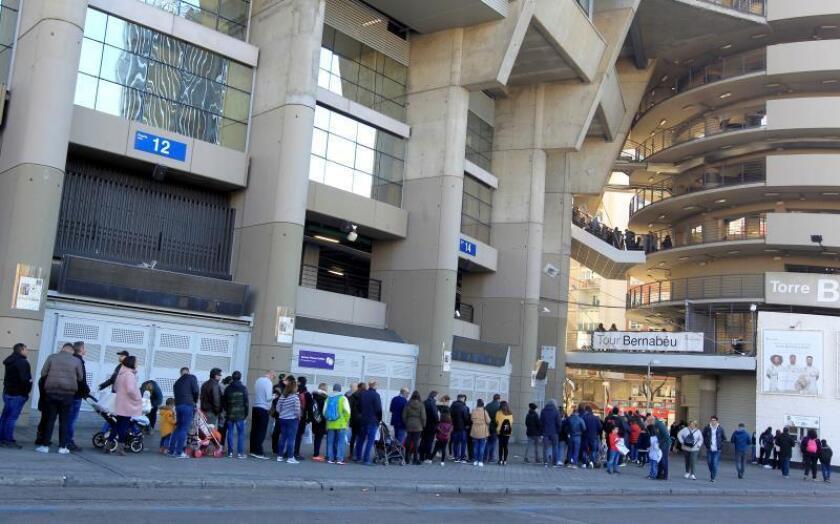 Decenas de personas hacen cola para visitar el estadio Santiago Bernabéu donde este domingo se jugará la final de la Copa Libertadores. EFE