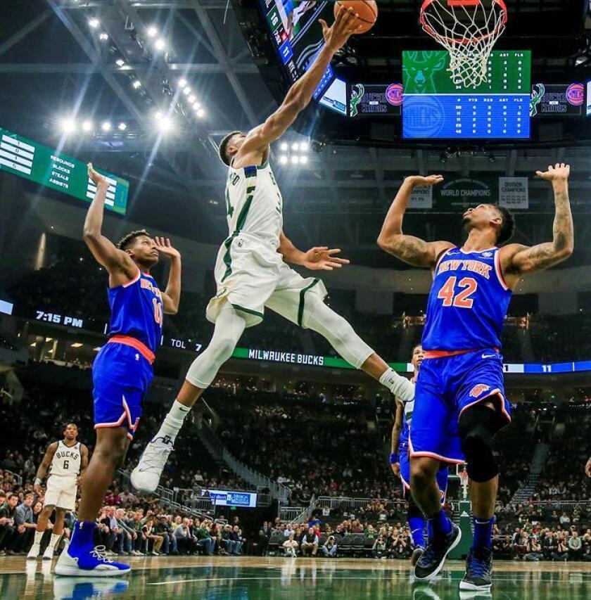 Giannis Antetokounmpo (c) de Milwaukee Bucks en acción el pasado lunes 22 de octubre de 2018, durante un partido de la NBA, entre Milwaukee Bucks y los New York Knicks, en el Fiserve Forum de Milwaukee (EE.UU.). EFE/Archivo