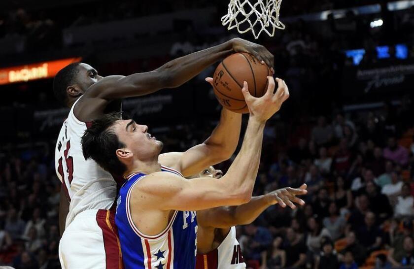 Dario Saric (d) de los Sixers intenta un lanzamiento ante Okaro White (i) de los Miami Heat hoy, sábado 4 de febrero de 2016, durante su partido de la NBA en el American Airlines Arena in Miami, Florida (EE.UU.). EFE