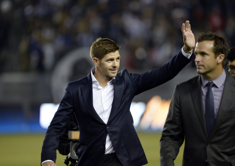 El mediocampista inglés Steven Gerrard saluda a los fans del Galaxy en su presentación en el StubHub Center de Carson, California.