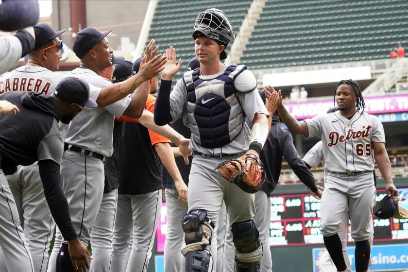 Los Tigres de Detroit festejan la victoria sobre los Mellizos de Minnesota, el martes 28 de julio de 2021 (AP Foto/Jim Mone)