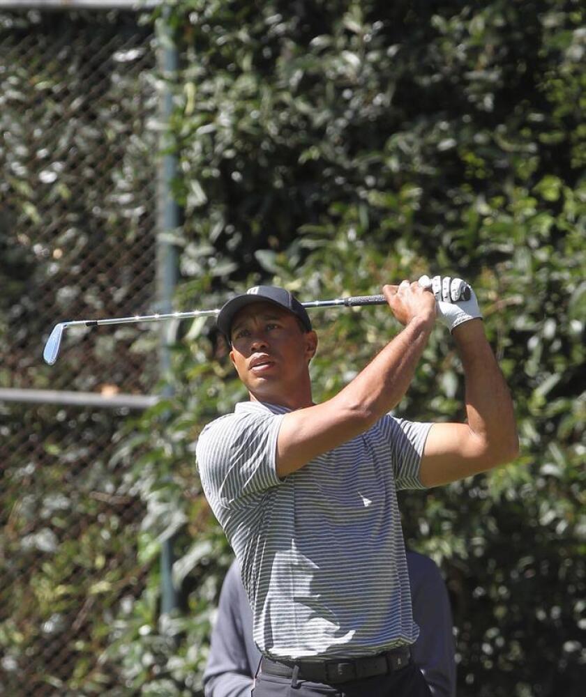 El golfista estadounidense Tiger Woods en acción este miércoles durante un entrenamiento previo al torneo 'World Golf Championships-México Championship 2019', en Ciudad de México (México). Woods, ganador de 14 torneos 'major' en su carrera, hará su presentación en México junto a una atractiva nómina de jugadores para el primer evento del WGC del año que se disputa de este jueves al domingo en el Club de Golf Chapultepec al norte de la capital mexicana. EFE