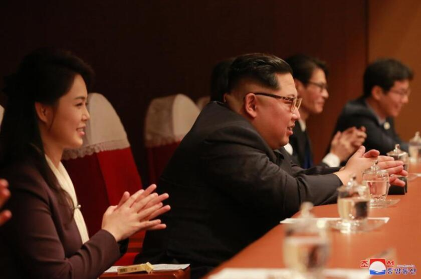 A picture made released by the North Korean Central News Agency (KCNA), the state news agency of North Korea, shows Respected Supreme Leader Kim Jong-un (C), together with his wife Ri Sol Ju, enjoying the performance 'Spring Comes', given by an art troupe from South Korea, at the East Pyongyang Grand Theatre in Pyongyang, North Korea. EFE/EPA/Archivo