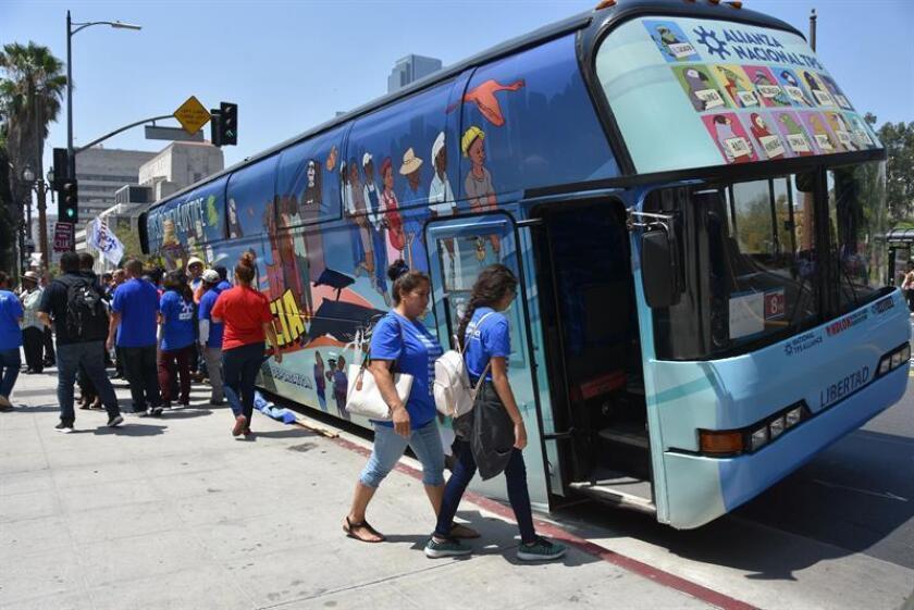 """El autobús de la """"Jornada por la justicia"""", que recorrerá 50 ciudades de 12 estados, a su partida hoy, viernes 17 de agosto de 2018, en Los Ángeles, California (EE.UU.). EFE"""