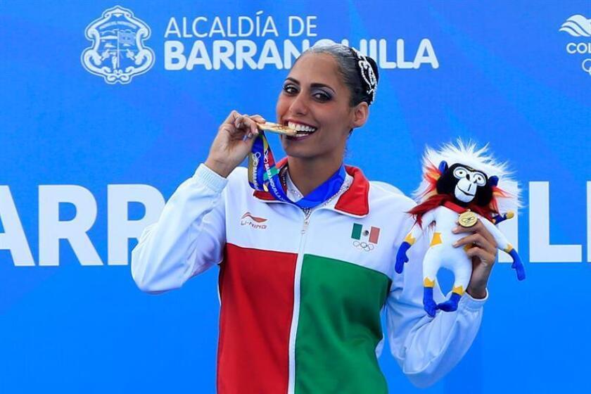La mexicana Nuria Diosdado posa con la medalla de oro de la prueba de nado sincronizado solo libre hoy, martes 31 de julio de 2018, en los XXIII Juegos Centroamericanos y del Caribe 2018 en Barranquilla (Colombia). EFE
