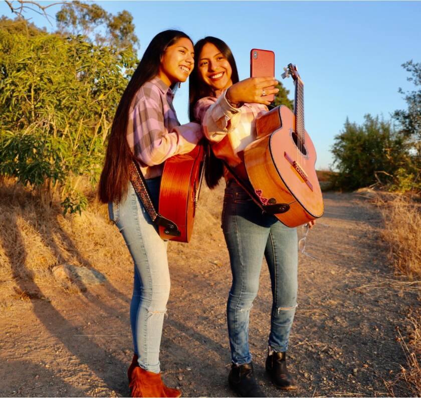Sheyla y Emily Rosas se han inspirado en artistas como Rocío Durcal, Lola Beltrán, Lucha Reyes y Amparo Ochoa.