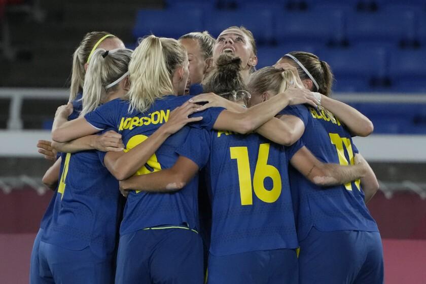 Las futbolistas de Suecia celebran un gol de Fridolina Rolfo en las semifinales del torneo olímpico de fútbol