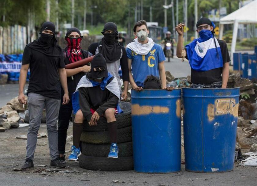 Varios jóvenes resguardan una trinchera durante el día número 44 de protestas en contra del gobierno de Daniel Ortega ayer, jueves 31 de mayo de 2018, en los alrededores de la Universidad Nacional Autónoma de Nicaragua, en Managua (Nicaragua). EFE