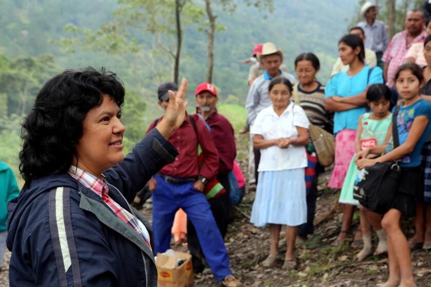 Berta Cáceres y la gente de Río Blanco mantuvieron una lucha de dos años para evitar la construcción de una hidroeléctrica que afectara la vida del pueblo Lenca en Honduras.