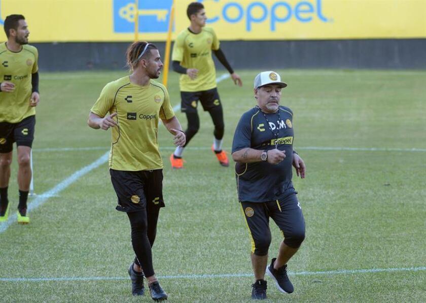 El técnico argentino Diego Armando Maradona (d) da instrucciones a los jugadores durante una sesión de entrenamiento esta semana en la ciudad de Culiacán, Sinaloa (México). EFE