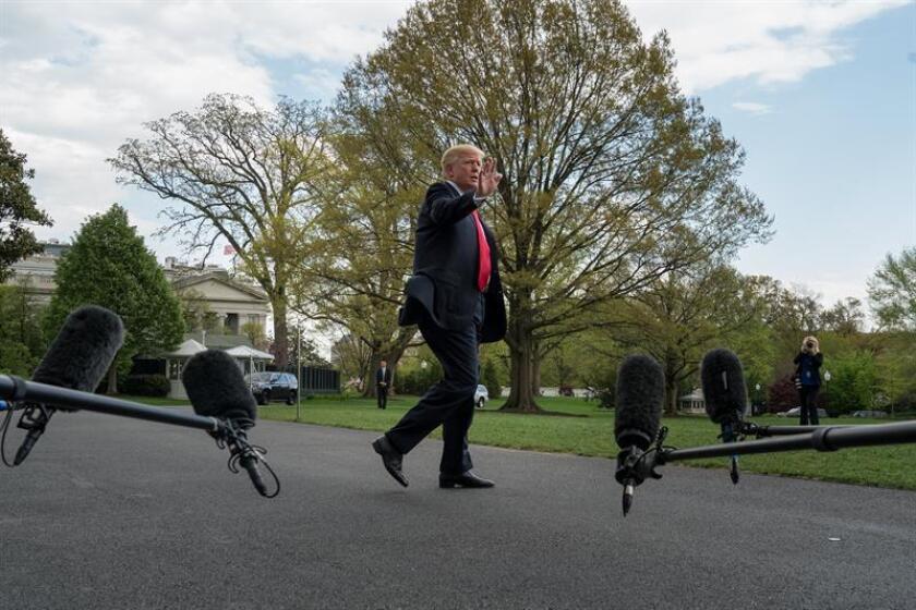 El presidente de Estados Unidos, Donald Trump, fue registrado este sábado antes de abordar el helicóptero presidencial, en los jardines de la Casa Blanca y antes de partir a Michigan, en Washington DC (EE.UU.). EFE