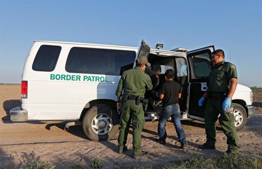 """Dos agentes de la Patrulla Fronteriza fueron sorprendidos escoltando a un hombre """"que parecía mexicano"""" hacia el sur de la frontera sin pasar por los protocolos de repatriación establecidos, según se ve en un vídeo difundido hoy. EFE/Archivo"""