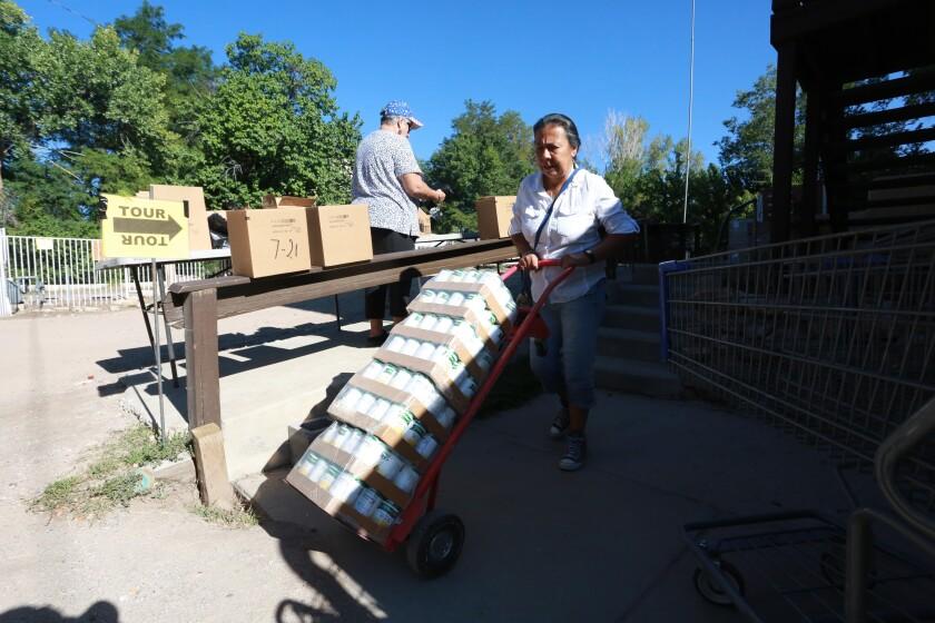 La presidenta de Barrios Unidos, Lupe Salazar, reparte alimentos enlatados en Chimayo, Nuevo México.