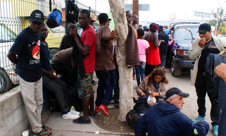 """Fotografía de este jueves 22 de septiembre de 2016 de ciudadanos haitianos en la fronteriza ciudad mexicana de Tijuana en espera de cruzar hacia territorio estadounidense. Un """"embudo"""", así es descrita estos días la ciudad mexicana de Tijuana, en la que cientos de migrantes haitianos permanecen varados a la espera de pasar la frontera hacia EE.UU. para buscar una nueva vida, una vez acabadas las oportunidades en la tierra que les dio acogida, Brasil. EFE/Alejandro Zepeda"""