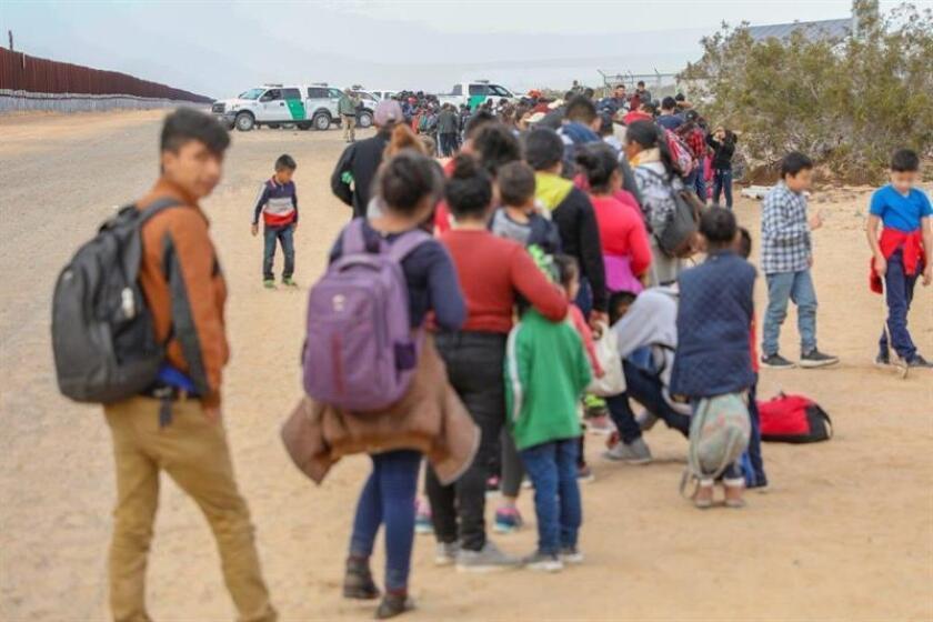 Fotografía divulgada este viernes por la Oficina de Aduanas y Protección Fronteriza (CBP) de Arizona en donde se observa a unos de los 376 migrantes indocumentados, provenientes mayormente de Centroamérica, que fueron arrestados a principios de semana. EFE/CBP Arizona/SOLO USO EDITORIAL/NO VENTAS/MÁXIMA CALIDAD DISPONIBLE