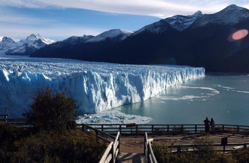 Una pareja de turistas contempla el Glaciar Perito Moreno, en la Provincia de Santa Cruz, en la patagonia Argentina. EFE/Leo La Valle/Archivo