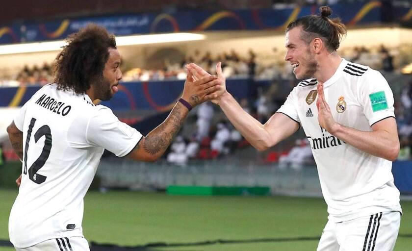 Marcelo (9) felicita a Gareth Bale por su tercera anotación con el Real Madrid en el estreno del equipo en el Mundial de Clubes 2018.