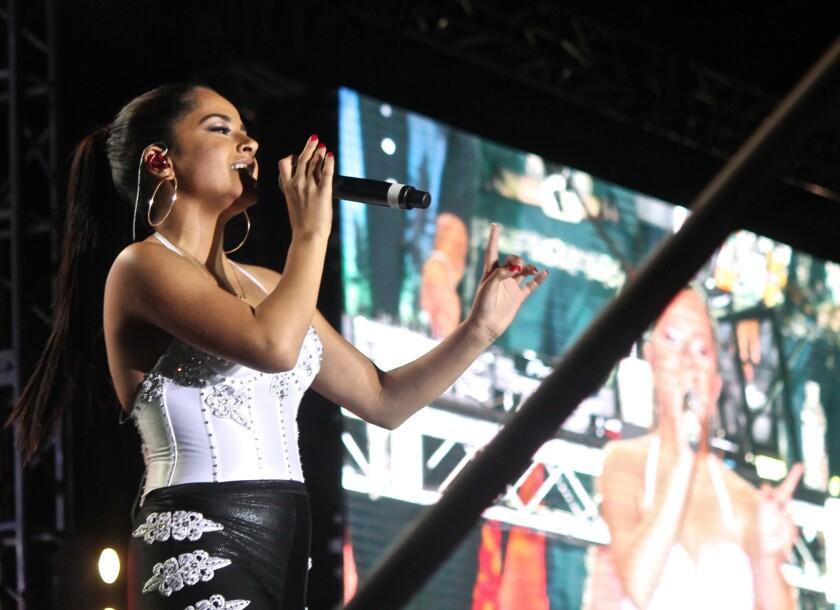 Becky G durante su reciente presentación en el festival JenniVive 2015, en la ciudad californiana de Long Beach.