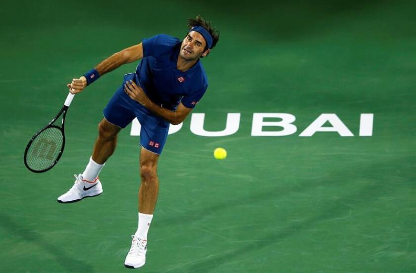 El tenista suizo Roger Federer sirve la bola al alemán Philipp Kohlschreiber, durante el partido de primera ronda del torneo ATP 500 de Dubai (Emiratos Árabes Unidos). EFE