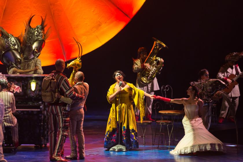 """Al medio, Majo Cornejo, la cantante capitalina que participa en """"Luzia"""", el montaje de Cirque du Soleil que se inspira en la cultura mexicana."""