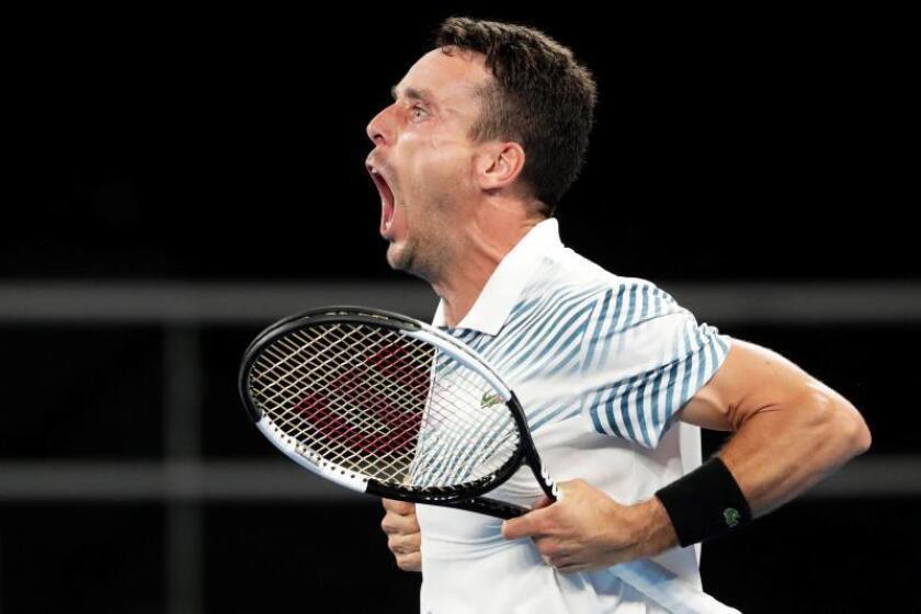 El tenista español Roberto Bautista celebra tras vencer al australiano John Millman en su partido de segunda ronda del Abierto de Australia de tenis en Melbourne. EFE