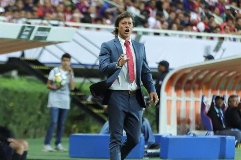 El técnico de Chivas, Matias Almeyda, da instrucciones a sus jugadores. EFE/Archivo