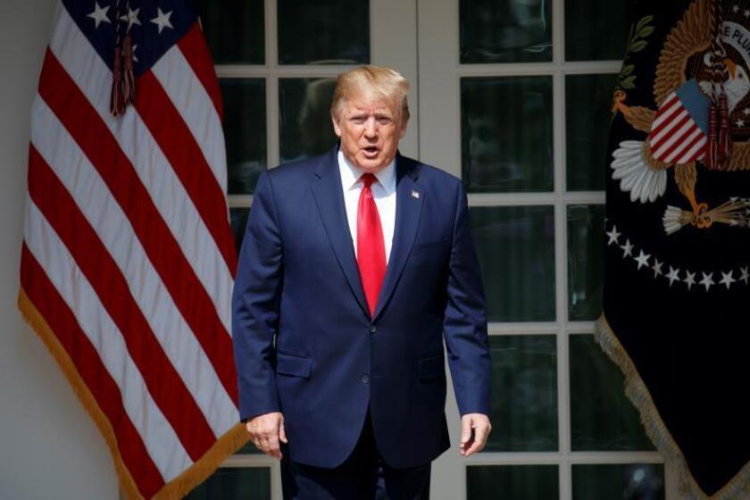 El presidente de los Estados Unidos, Donald J. Trump, con socorristas del 11 de septiembre y miembros de su familia, participa en una ceremonia de firma de HR 1327, un acto para autorizar permanentemente el fondo de compensación de víctimas del 11 de septiembre en el Jardín de las Rosas de la Casa Blanca en Washington, DC, Estados Unidos, el 29 de julio de 2019. EFE/EPA/SHAWN THEW/Archivo