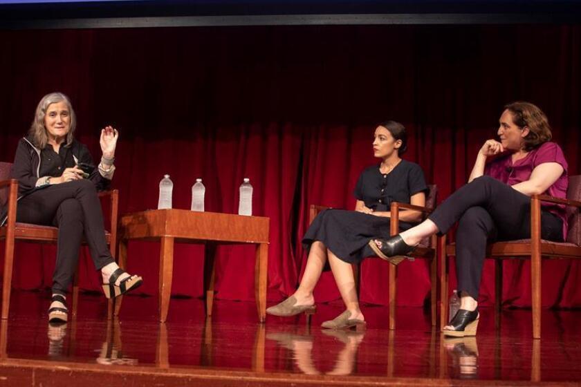 Amy Goodman (i), moderadora y directora de Democracy Now; la alcaldesa de Barcelona, Ada Colau (d); participa en un acto organizado por Democracy Now junto a Alexandria Ocasio Cortez (c), una latina demócrata de 28 años, en el auditorio de la Universidad de Nueva York, Nueva York (EE.UU.). EFE