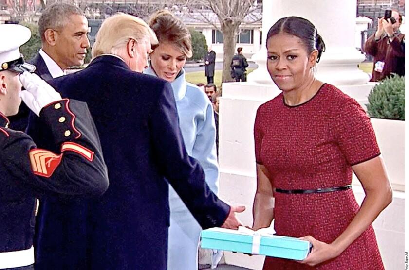 Un año después, Michelle Obama reveló lo que Melania Trump le regaló en la inauguración presidencial de Donald Trump: la caja azul de Tiffany & Co. contenía un marco.