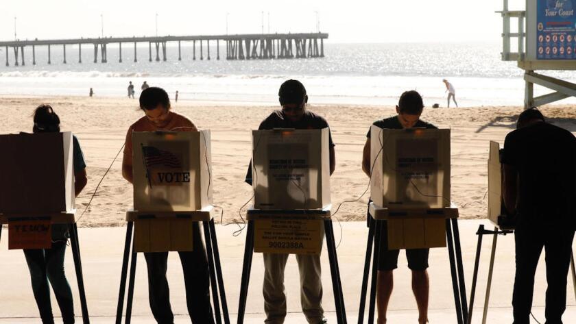 Electores californianos ejercen su voto en el Venice Beach Lifeguard Operations cerca del muelle de Venice, California.