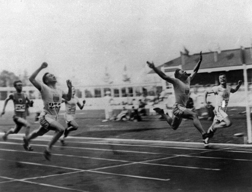 """Charles Paddock gana la final de los 100 metros con su famoso """"vuelo"""" sobre la meta en los Juegos Olípicos de Amberes"""