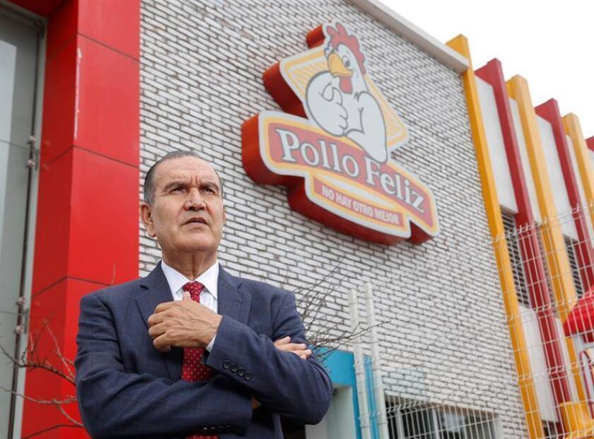 El empresario mexicano Arnoldo de la Rocha Navarrete posa tras una entrevista para Efe este miércoles, 13 de junio de 2018, en una de las sucursales de Pollo Feliz, en Puebla (México). EFE