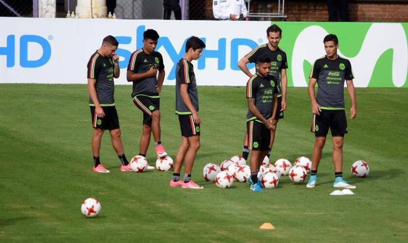 Jugadores de la selección nacional mexicana de fútbol asisten a una sesión de entrenamiento en la ciudad de Cuernavaca (México). EFE/Archivo