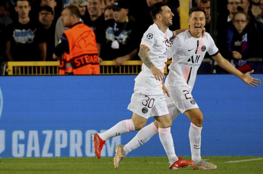 El mediocampista español Ander Herrera, derecha, celebra con su compañero Lionel Messi