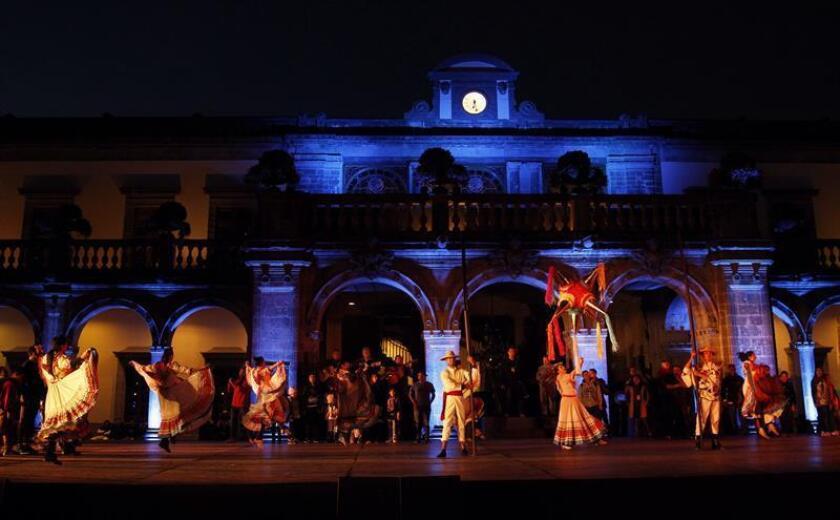 Fotografía del 15 de diciembre de 2017 que muestra un ensayo del Ballet Folkórico de Amalia Hernández en la explanada del Castillo de Chapultepec, en Ciudad de México (México). EFE