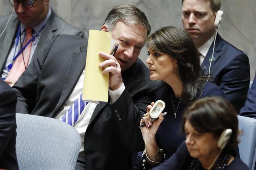 El secretario de Estado estadounidense, Mike Pompeo (i), conversa con la embajadora estadounidense para las Naciones Unidas (ONU), Nikki Haley (d), durante el Consejo de Seguridad de laONU en el marco del 73 periodo de sesiones de la Asamblea General de la ONU, en la sede de la ONU en Nueva York, Estados Unidos, hoy, 26 de septiembre de 2018. EFE