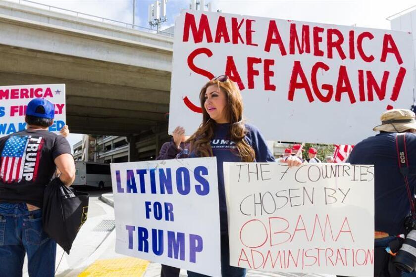 """Jazmina Saavedra (c), vocera de Latinos for Trump, durante una manifestación. Jazmina Saavedra aspira a un escaño en el Congreso pese a las trabas que le han puesto las redes sociales, algunas de las cuales, según ha dicho, le han privado de su """"derecho a la libertad de expresión"""". EFE/Archivo"""