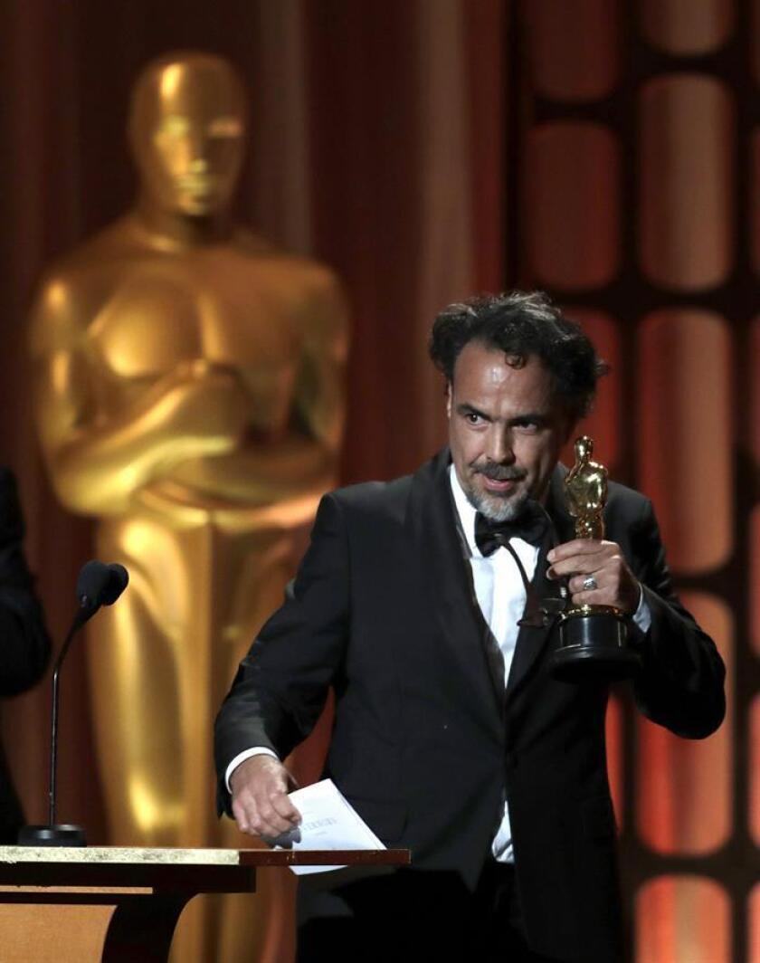 """Fotografía de archivo fechada el 11 de noviembre de 2017 que muestra al director mexicano Alejandro González Iñarritu al recibir un Premio Óscar Especial por su instalación virtual """"Carne y Arena"""", en Hollywood, California (EE.UU.). EFE/ARCHIVO"""