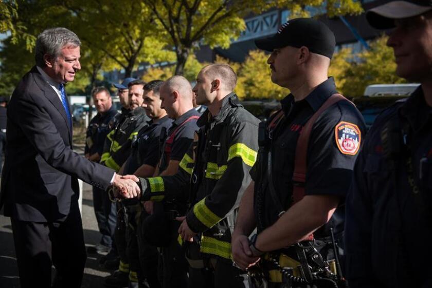 Fotografía cedida por la oficina del alcalde de Nueva York, Bill de Blasio, donde aparece mientras saluda a miembros del departamento de bomberos dela ciudad, durante la conmemoración del primer aniversario del atentado terrorista perpetrado por el inmigrante uzbeco Sayfullo Saipov hoy, miércoles 31 de octubre de 2018, en un acto celebrado a pocos pasos del lugar de los hechos, frente al río Hudson en Nueva York. EFE/Ed Reed/Oficina del alcalde de Nueva York/SOLO USO EDITORIAL/NO VENTAS/ CRÉDITO OBLIGATORIO