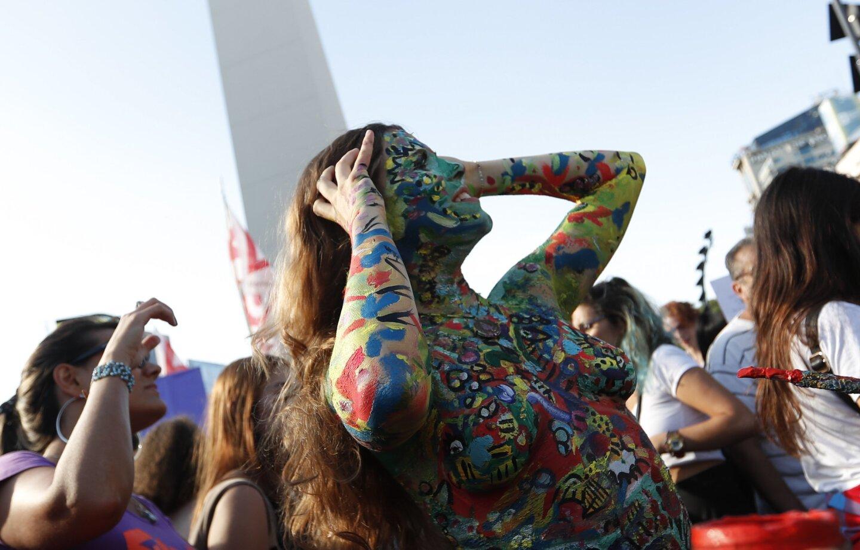 """Mujeres participan de un """"tetazo"""", una protesta contra la prohibición de hacer """"topless"""", en el Obelisco de Buenos Aires (Argentina). La manifestación fue generada por un amplio operativo policial contra tres mujeres que hicieron """"topless"""" en una playa argentina."""