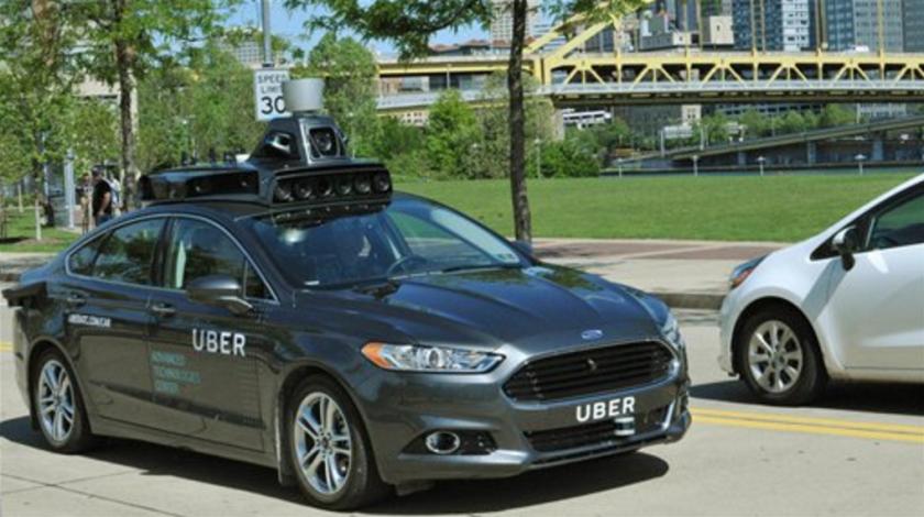 En esta foto sin fecha provista por Uber, se ve un Ford Fusion equipado con radares, escáneres láser y cámaras de alta resolución mientras avanza por las calles de Pittsburgh. Uber aceleró el paso en vehículos autónomos a través de acuerdos con empresas y el lanzamiento del servicio sin conductor en Pittsburgh. Volvo le dará camionetas para desarrollo de coches autónomos, y anunció la compra de Otto, que desarrolla tecnología que permite a los carros conducirse por sí solos, informó Uber el 18 de agosto de 2016. (Uber vía AP, archivo)