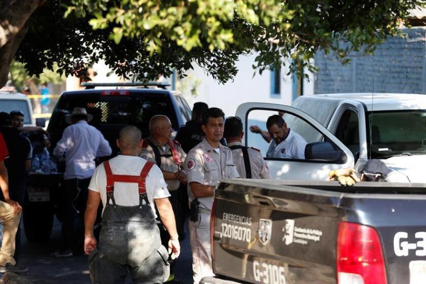 Peritos forenses trabajan en una finca donde fueron hallados cuatro cadáveres hoy, viernes 3 de agosto de 2018, en Guadalajara (México). EFE